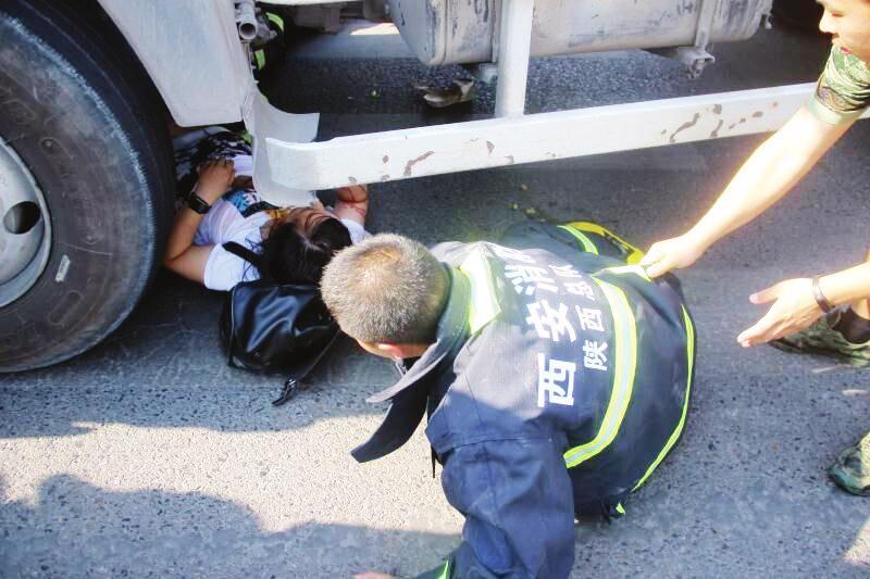 女子骑共享单车与罐车相撞 连人带车被卡车下