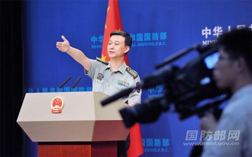 国防部消息局副局长、国防部消息谈话人吴谦年夜校答记者问。李爱明 摄