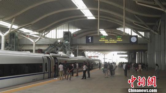 金华南至西安北的G1883次列车达到徐州东站。 张玉杯 摄