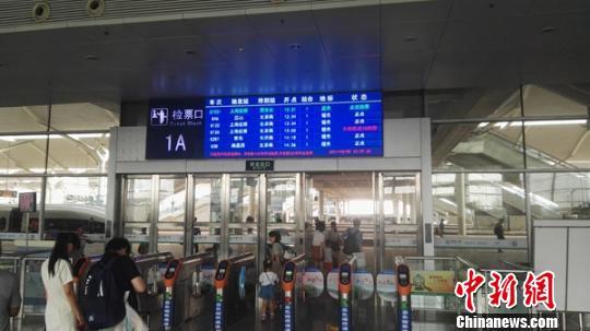 上海虹桥至西安北的G1921次列车游客检票进站。 张玉杯 摄
