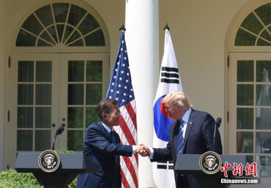 当地时间6月30日,美国总统特朗普在白宫会见韩国总统文在寅。图为特朗普与文在寅在白宫玫瑰园出席联合记者会。中新社记者 刁海洋 摄