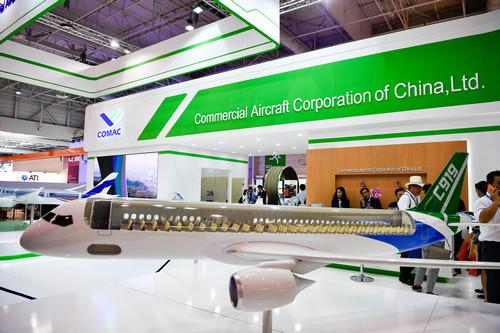 2017年6月19日,在法国巴黎近郊的布尔歇,来宾参观中国商用飞机有限责任公司展出的C919客机模型。新华社记者 陈益宸 摄