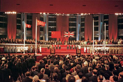 1997年7月1日零点零分零秒,中英香港政权交接仪式上,中华人民共和国国旗和香港特别行政区区旗同时升起。