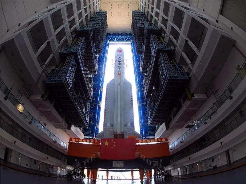 △6月26日,长征五号遥二火箭完成垂直转运/图自新华社