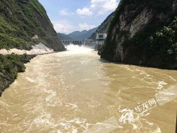 图片新闻:乌江洪水有序过境彭水 水位超警戒线1.48米