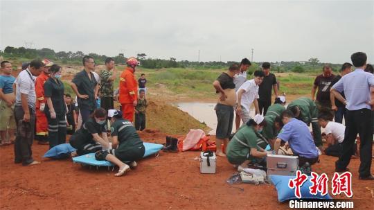 现场抢救职员即时对被困车内的落水职员实行挽救。 钟欣 摄