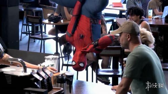 英雄归来》搞怪宣传片 小虫现身街头咖啡店