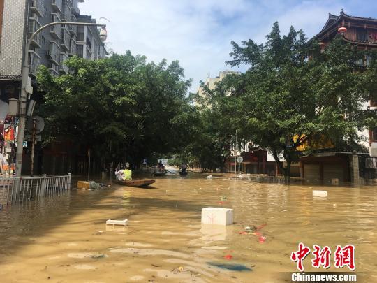图为广西融水县遭受洪涝现场,该县近半城区被积水浸泡。 朱柳融 摄