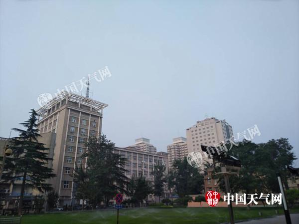 7月2日晨,北京空气湿度大有轻雾。