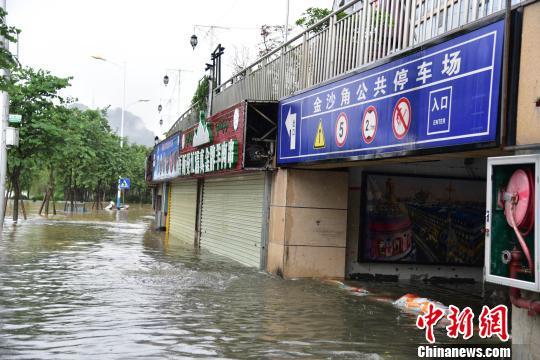 7月2日,柳州市金沙角小区负二楼的停车场被淹。 王以照 摄