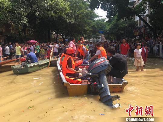 图为广西融水县城因暴雨出现洪涝灾害,民众依靠小船或皮划艇出行。 朱柳融 摄