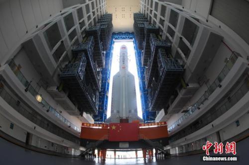 图为6月26日,长征五号遥二运载火箭转运致位于海南文昌的发射场内。张文军 摄