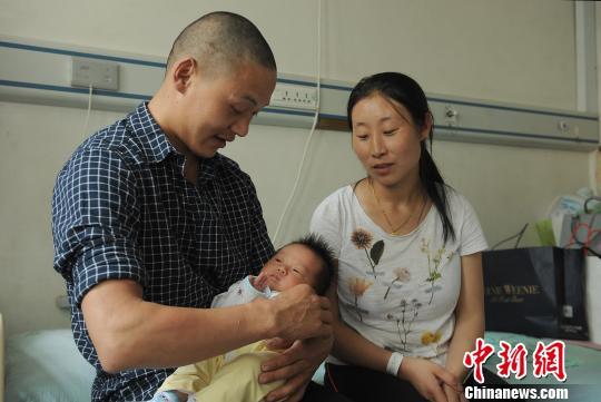 四川茂县山体垮塌中幸存的乔大帅一家三口。 吴婕 摄