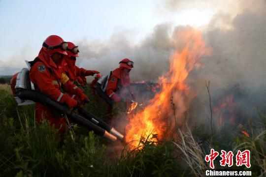 蒙古国大火逼近中国边境 数百名官兵正堵截火头