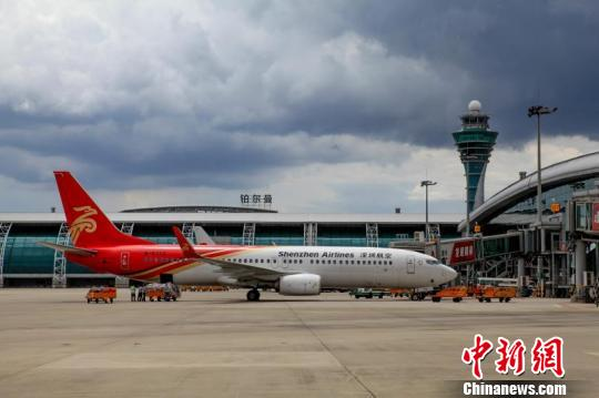 受恶劣天气影响 广州白云机场取消170个航班 谢佳佳 摄