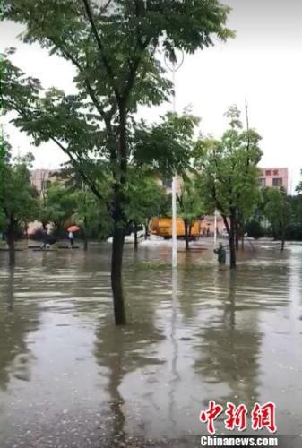 """资料图:一场大雨,南京部分城区又见""""碧波荡漾""""。城管供图"""