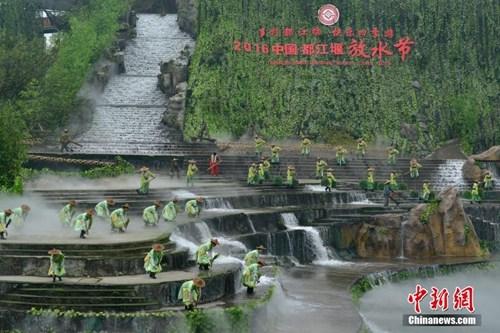 资料图:都江堰放水节重现千年放水盛况。刘杰 摄