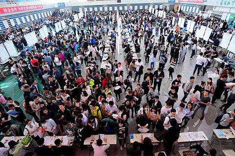 辽宁省2017年高校毕业生招聘会现场。