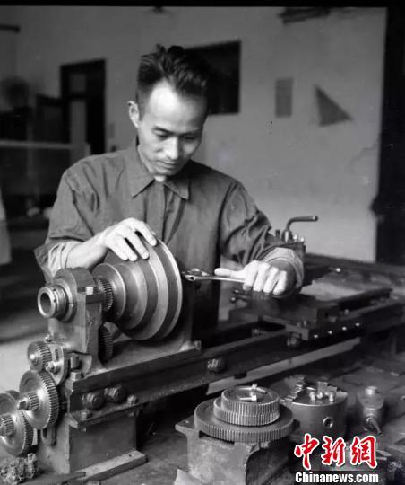 资料图:陈学俊在实验室。 西安交通大学 摄