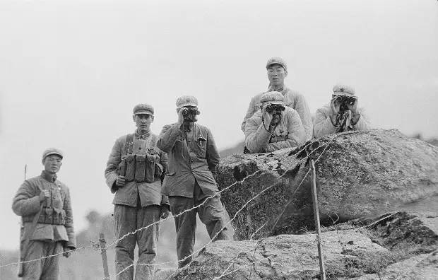 1967年中国军队官兵在观察乃堆拉山口的印军活动。