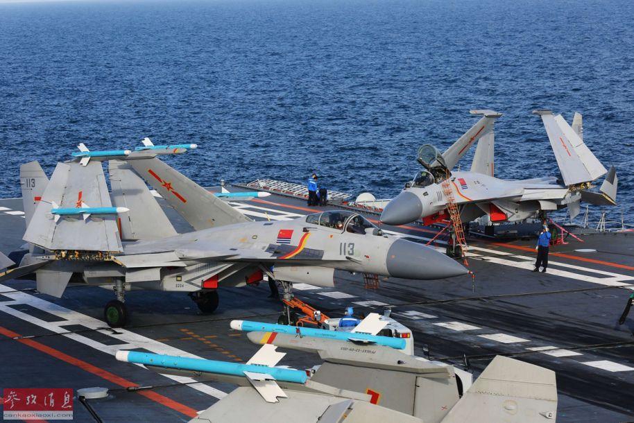 材料图:正在辽宁舰飞翔船面上停放的歼-15机群,可睹合叠主翼上中挂的轰隆-8战轰隆-12导弹(锻炼弹)。