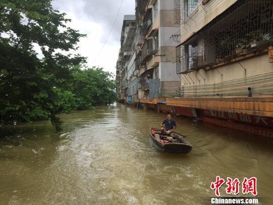 7月5日,肇庆民众划舟到外面购买食品 韦石明 摄