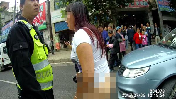 女司机违章被查当街脱裤撒泼