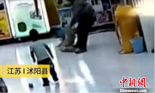男子抓起女童的一条腿,凌空将女童向墙角摔去。(视频截图)