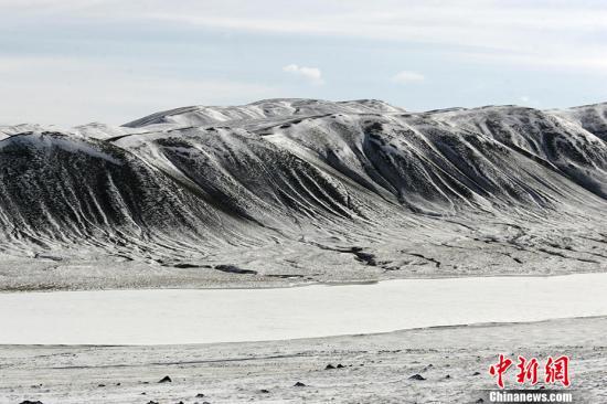 可可西里位于青藏高原西北部,夹在唐古拉山和昆仑山之间,面积达8.3万平方公里,是长江的主要源区之一。 中新社记者 武仲林 摄