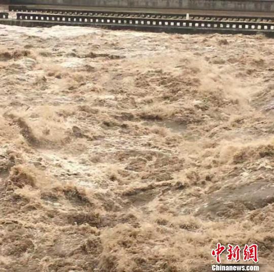洪峰顺利过境。看度自贡 供图