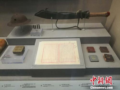 在中国人民抗日战争纪念馆展出的第29军士兵在卢沟桥抵抗日军时使用过的大刀等物品。上官云 摄