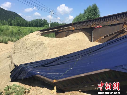 事故大货车车厢里装满了沙子 张帆 摄