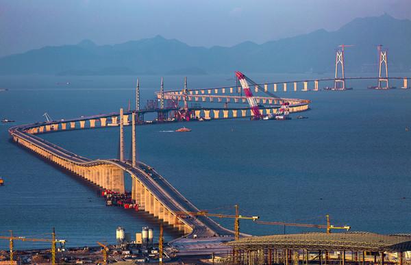 港珠澳大桥海底隧道今日贯通 这些受益股票请收好