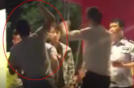 醉酒男子暴打女民警。 视频截图