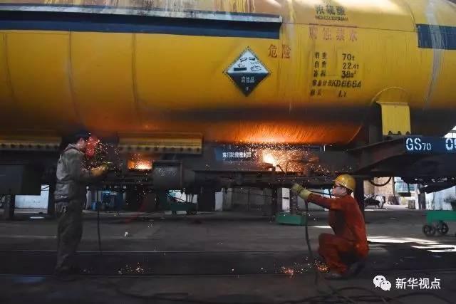 7月6日,陈晨与同事在罐外工作。