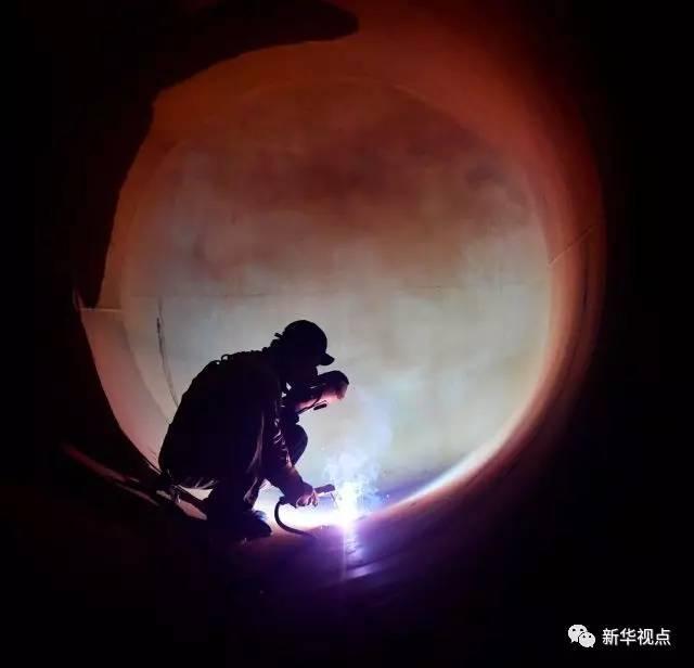7月6日,南昌铁路局南昌南车辆段的熔接工陈晨在罐内工作。