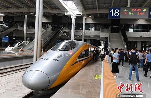资料图:6月2日,一列动车检测车从宝鸡南站驶出,一路向西开往兰州西站。  中新社记者 杨艳敏 摄
