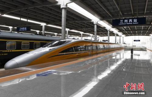 资料图:6月2日,随着一列动车检测车从宝鸡南站驶出,一路向西开往兰州西站。杨艳敏 摄