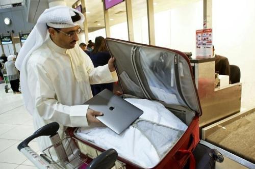 在机场托运行李的乘客(资料图)