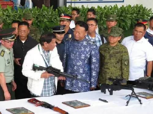▲6月28日下战书,在菲律宾渴攀拉克空军基地举办的交代典礼上,杜特尔特亲身接收了中国向菲捐献的代价5000万元国民币的兵器设备。