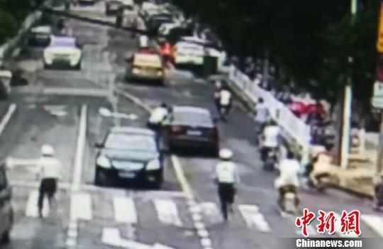 附近执勤交警追赶拦截肇事车辆。 警方监控截图 摄