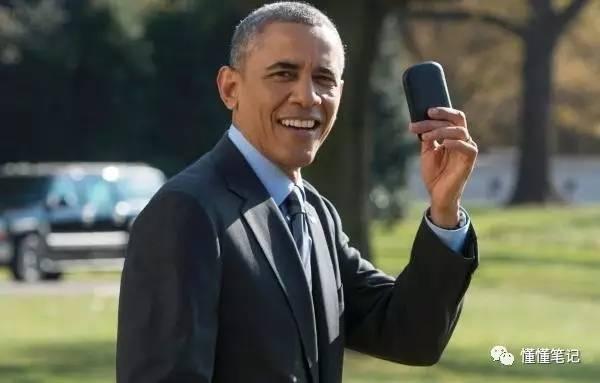 奥巴马展示他的黑莓手机
