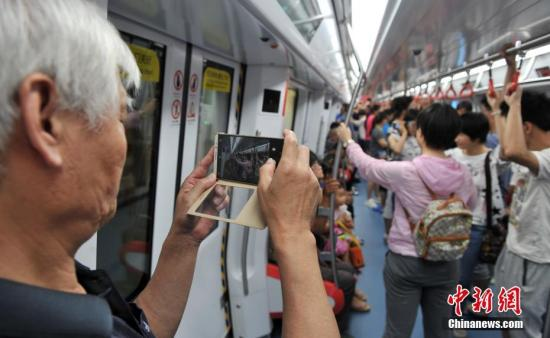 资料图:河北石家庄地铁进行载客试运营。 中新社记者 韩冰 摄