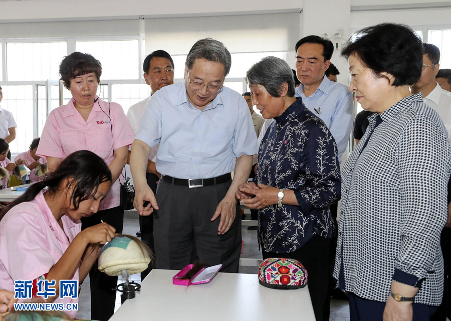 这是7月9日,俞正声考察新疆即发华和服装有限公司。 新华社记者丁林摄
