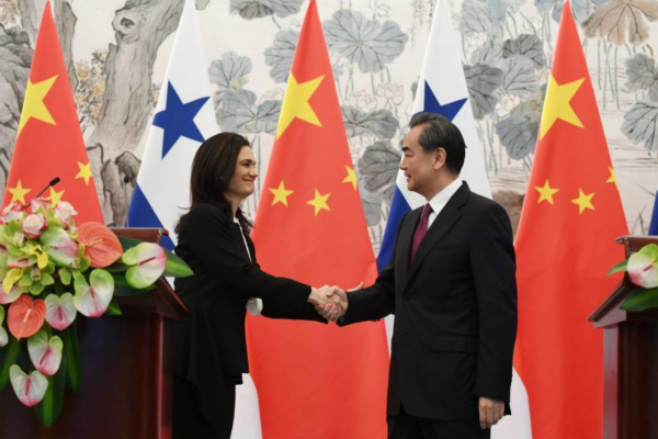 图为2017年6月13日,外交部长王毅在北京与巴拿马副总统兼外长德圣马洛举行会谈后共见记者。