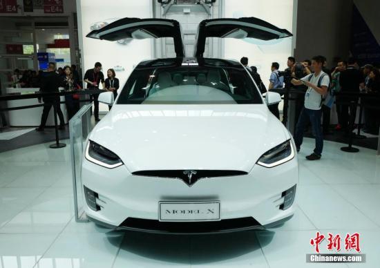 """材料图:特斯拉公司的电动活动型多功效车(SUV)""""Model X""""表态展台。中新社记者 侯宇 摄"""