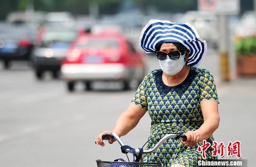 7月12日,辽宁沈阳民众在炎热的天气出行。当日是三伏第一天,沈阳最高气温为33度。 中新社记者 于海洋 摄