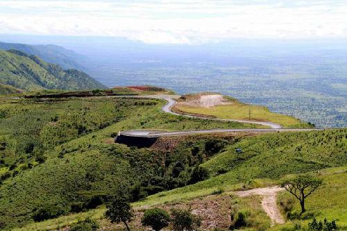 这是4月3日拍摄的坦桑尼亚姆贝亚-卢万吉罗公路,这是坦境内海拔最高公路。(新华社)