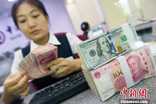 材料图:银行事情职员清点钱币。 中新社记者 张云 摄
