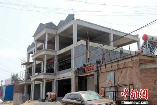 在建楼体为三层,面东背西而立,主体框架已落成。 于俊亮 摄